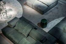BAXTER / Feines Leder, frische Farben und ein Auge für Details zeichnen die Möbel von Baxter aus. Die italienischen Möbelmarke, angelehnt an den Look der 1950er Jahre, zeigen einzigartige Sofas, Sessel, Lampen, Teppiche und Beistelltische, die meist mit handgemacht sind. Das italienische Unternehmen, das mit weltbekannten Designern wie Paola Navone, Piero Lissoni oder Matteo Thun zusammenarbeitet, hat sich der besonderen Verarbeitung von Leder verschrieben.
