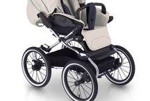 Wózki dziecięce Caravel / Klasyka z miękkim zawieszeniem. Dzieci czują się bezpiecznie i komfortowo podczas kołysania, które umożliwia im spokojny sen. Caravel naśladuje delikatne ruchy mamy. Gondola bezpiecznie otula dziecko dzięki zastosowaniu bawełnianej wkładki, a dodatkowa wentylacja zapewnia dziecku komfort nawet podczas upalnych dni.