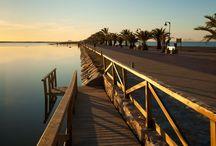 Murcia / Murcia es la principal ciudad del Sureste de España, y por población la séptima de España.  Está ubicada en el centro de la Región del mismo nombre y es su principal centro cultural, comercial, administrativo y turístico. Es un importante destino dentro del eje mediterráneo, siendo lugar de paso de las principales rutas que van hacia el Sur de España.