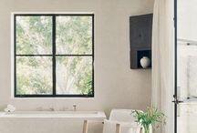 """Mood Board - Salles de bain / L'une des pièces qui peut paraitre l'une des plus difficile à aménager. Et pour cause, entre des inspirations aseptisées, un look parfois trop """"hôtel"""" la salle de bain est souvent considérée comme très design et peut vite s'éloigner du style que l'on souhaiterai y donner... Essayons de regrouper ici des inspirations de salles de bain qui sortent un peu des sentiers battus. Bonne découverte"""