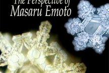Masaru Emoto e la memeoria dell'acqua / Masaru Emoto e le sue scoperte sulla memoria dell'acqua ha rivoluzionato la considerazione di quanto sono importanti i pensieri, le parole e le vibrazioni dell'ambiente come influiscono sulla qualità dell'acqua e noi siamo fatti soprattutto di acqua.
