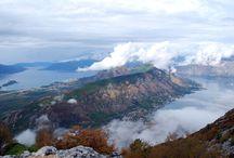 Monténégro / Le Monténégro est un pays de contrastes saisissants, couvert de rudes montagnes escarpées, de lacs, de torrents, de forêts sauvages, de villages pittoresques et de villes médiévales.La splendeur de ses paysages, la douceur de son littoral, la grâce subtile de ses villes et de ses monastères en font un lieu idéal pour passer de merveilleuses vacances estivales, loin de la foule et des sentiers touristiques déjà trop battus.