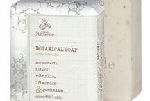 """Urban Rituelle / Hemos seleccionado la línea más especial de cuidado corporal de Urban Rituelle. Cada producto está perfumado con extractos naturales de vainilla y envuelto en un packaging cuidado y elegante.  """"Baño, cuerpo, belleza"""""""