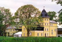 """Zakrzów - Pałac """"Łucja"""" / Pałac, zbudowany zapewne w poł. XVIII w.,w Zakrzowie ,który był siedzibą rycerską .Zamek, obecnie ruina ,obok pałacu restauracji, był twierdzą Templariuszy. Majątek wraz z pałacem zmieniał właścicieli nieskończenie wiele razy, przechodził w ręce szlachty i baronów. Do 1945 roku obiekt znajdował się w rękach rodziny Madelung. W 1996 roku z całą rodziną, przybył do Zakrzowa z Niemiec, pan Siegmunt Dransfeld i zajął się odbudową pałacu.  Pałac o nazwie Łucja, to teraz piękny hotel i restauracja."""