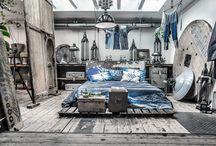 pomysły na sypialnię / naturalne materiały (drewno, wiklina, bawełna), kolorystyka i styl pasujący do jeansu