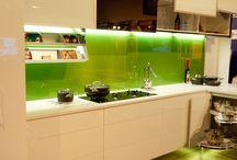 (Gewaagde) kleuren voor keuken achterwand - Bold colours splashback / Glazen keuken achterwanden zijn er in duizenden kleuren. men kan kiezen voor neutrale kleurtinten, maar ook voor felle, gewaagde kleuren. Je vindt hier keuken achterwanden van glas in gewaagde kleurstellingen.