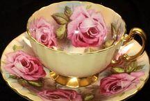 Grandes rosas en taza