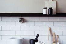 Keukens || Tegels als achterwand / Een veelvoorkomende trend op het moment is een authentieke achterwand in de keuken. Binnen dit bord kun je inspiratie opdoen voor een mooie achterwand, waarbij de focus ligt op tegels.