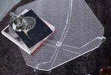Tavolino basso da salotto in plexiglass Resort – LuceSolida / E' il tavolino da salotto dal design ricercato e dai tratti neoclassici. Il piano d'appoggio può essere scelto nella versione 'Crystal' oppure con una delle innovative ed esclusive textures LuceSolida con motivo fantasia.