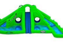 Castillo Hinchable Blast Zone Mega Ultra CrockyLand / Este hinchable, apto para usar con agua, se caracteriza por ofrecer una gran cantidad de juegos refrescantes distintos y un diseño súper original. Este modelo, que simula el aspecto de un cocodrilo, posee tres toboganes de agua, tres piscinas, dos túneles de pulverización y una pared de escalada; se trata, por tanto, de un modelo muy completo, perfecto para el verano.  http://www.castilloshinchablessaltofeliz.com/producto/stillo-hinchable-blast-zone-ultra-crocRef1ULTRACROCOCA4354