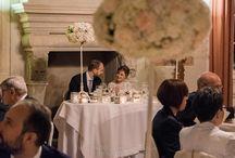 A+G | GLAMOUR, CHIC NATURE / allestimento floreale matrimonio elegante e raffinato, con composizioni semisferiche compatte, nelle sfumature del bianco, pesca e blu navy