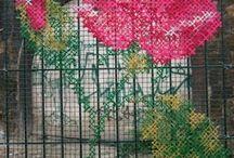 flor bordada sobre reja