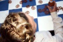 Frisuren fürs OKTOBERFEST / Die Wiesn sind ein guter Grund für eine schöne Flechtfrisur - Oktoberfest Frisuren mag ich am Liebsten. Geflochtene Haare sind dort ein muss und die geflochtene Zöpfe können sogar noch mit Blumen dekoriert werden. Halboffene Haare, Haarkronen, Zöpfe - Alles ist erlaubt, hauptsache Geflochten.