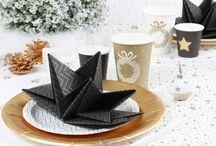 Serviettes pré-pliées Noël 2015 / Sur les tables de Noël, la serviette pré-pliée saura apporter élégance et originalité.  Son atout majeur : une mise en place en un tour de main. Plus besoin d'apprendre à plier une serviette !