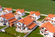 Ansamblul Rezidential de Case - Industrial VEST / Situat in zona Industriala de vest in apropierea Sibiului, complexul rezidential de case este amplasat intr-un cadru linistit, cu o priveliste unica. Beneficiind de un spatiu de joaca modern si sigur pentru copii, accesul in complex este securizat pe baza fonica, videointerfon si sistem de supraveghere video. Casele au o suprafata utila de 105 mp (single), 120 mp utili(duplex) si 130 mp curte. http://www.newconceptliving.ro/ansamblu-ansamblul-rezidential-de-case---industrial-vest-27.html