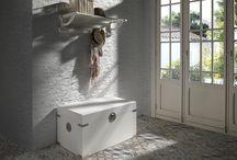 Colección Auxiliares / Muebles auxiliares con estilo propio para llenar cualquier rincón de tu hogar: recibidores, zonas de paso, salitas, bajos de escalera, centros de salón...