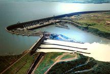 Dighe più Grandi del Mondo / In questa categoria parleremo delle dighe qui possiamo vedere le dighe più grandi del mondo,questi bacini artificiali possono contenere milioni di metri cubi di acqua. Le dighe sono grandi sbarramenti permanenti ad opera dell'uomo per creare un lago artificiale. Questo lago viene usato per garantire risorse energetiche alle grandi città.