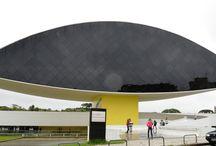 Museu Oscar Niemeyer - Curitiba Parana Brasil / Foto de Nelson Etuo Kadowaki O Museu Oscar Niemeyer localiza-se na cidade de Curitiba, capital do estado do Paraná, Brasil. O complexo de dois prédios, instalado em uma área de trinta e cinco mil metros quadrados (dos quais dezenove mil dedicados à área de exposições), é um verdadeiro exemplo da Arquitetura aliada à Arte.