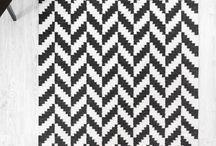 Matot / Matto on hyvä äänieriste ja tuntuu mukavalta jalan alla. Se tuo myös kodikkuutta ja etenkin ison maton avulla on helppo koota huonekalut omaksi, selkeäksi ryhmäksi. Myös makuuhuoneessa iso matto luo pehmeää tunnelmaa ja sänkykokonaisuus on ehyempi ison maton myötä. Tutustu kattavaan mattovalikoimaamme ja tilaa omasi! :)