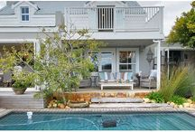 Alexander's Lake House / Spacious Kommetjie home with uninterrupted lake views. This family friendly house has 3 double rooms en-suite and 2 single children's bedrooms. Open plan living with a big lawn and swimming pool for indoor-outdoor living.