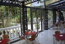 Restaurante con un Cerramiento de Cristal sin Perfiles en Marbella / Acristalamiento sin perfiles, con Cortinas de Cristal fabricadas por Cerramientos Abatibles e instaladas por nuestro colaborador de la zona de Marbella.