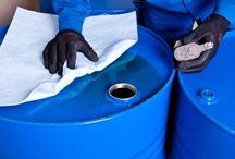 Sorbenty / Sorbenty przeznaczone są do stosowania zarówno wewnątrz jak i na zewnątrz pomieszczeń, do usuwania wycieków substancji niebezpiecznych, od płynów przemysłowych, przez produkty ropopochodne, aż po najbardziej agresywne chemikalia. Seria sorbentów sypkich pozwala na usuwanie wycieków wewnątrz hal produkcyjnych, na drogach i placach manewrowych. Elastyczne ograniczniki rozlewów znajdują swoje zastosowanie przy ograniczaniu rozlewów z nieszczelnych pojazdów, beczek i pojemników.