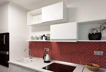 Rekonstrukce interiéru bytu 3+1 v Brně Bohunicích / V tomto případě chtěl investor bez zásahu do nosných konstrukcí navrhnout a zrealizovat jednoduchou moderní kuchyni v bílém lesku.