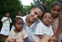 LA TESTIMONIAL / Cristina Chiabotto è testimonial di NutriAId dal 2005. Ha confermato il suo costante impegno nei confronti dei bambini che combattono la quotidiana battaglia contro la fame recandosi in MADAGASCAR nel 2010 per visitare i progetti di lotta contro la malnutrizione infantile. Qui le testimonianze della missione.