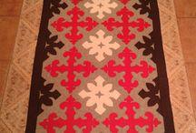 Fieltro o burel / Creaciones con burel, que es un paño afieltrado de pura lana, muy versátil.