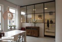 Willemstad: stalen binnendeuren met glas / In een woning Willemstad (Noord-Brabant) hebben wij een stalen binnendeur en raamkozijn met glas geplaatst. De deur en het stalen raamkozijn vormen een prachtige scheiding tussen de keuken en de bijkeuken. De bewoners hebben gekozen voor acht vierkante raamvlakken, waardoor de glazen deur als het ware samensmelt met het gehele raamkozijn. Dankzij de grote glasoppervlakte, krijgt de ruimte een open uitstraling en oogt het geheel een stuk ruimer.