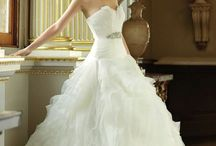 Gorgeous wedding dresses /  Visit www.weddinginspirasi.com