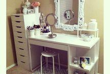 Make-up vanities/dressing tables