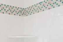 Salle de bain 1 / avec meuble sous vasque blanc, mettre de la couleur comme du orange en mosaïque ou carrelage, soit sur tout le mur soit via une frise colorée
