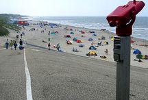 Strand bij Camperduin / Camperduin ligt aan het strand, precies op de scheiding van de Hondsbossche Zeewering en de duinen.