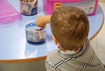 Si torna a scuola! / Che si tratti della scuola d'infanzia o della scuola primaria, si sa, il primo giorno di scuola e` sempre un turbinio di emozioni. Le biblioteche CuBi vi propongono una serie di letture per alleggerire questo momento cosi` importante.