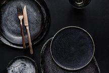 vajilla / naczynia i sztućce używane podczas posiłków, służące zarówno do spożywania, jak i podawania potraw oraz napojów