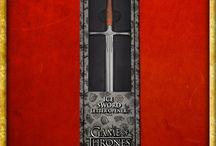 Game of Thrones Merchandising / Schwerter und Rüstungen, dekorative Brieföffner, Wappen der Häuser und vieles mehr aus der Erfolgsserie Game of Thrones.