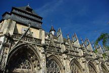 Pont-de l'Arche /  Pont de l'Arche est une ancienne ville médiévale. Vous pourrez voir les restants de la forteresse. Ensuite vous pourrez visiter l'église Notre-Dame des Arts, ainsi que l'incontournable Abbaye de BonPort, abbaye cistercienne fondée en 1189 par Richard Coeur de Lion. Et vous pourrez finir par une marche au bord de l'eau et admirer le croisement de la Seine et l'Eure. Le Manoir Saint-Ouen est près de Pont de l'Arche.