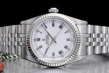"""Rolex Medio / La storia del brand diventato uno status symbol è legata principalmente al suo fondatore ufficiale, il tedesco Hans Wilsdorf che nel 1905, all'età di 24 anni, decide di mettersi in proprio fondando a Londra la """"Wilsdorf & Davis"""" specializzata in manifattura di casse per orologi e distribuzione commerciale di orologi da polso..."""