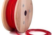 KÁBLE A VODIČE /  Káble a vodiče pre svietidlá. Existuje množstvo nudných PVC káblov a elektroinštalačného materiálu. Káble a vodiče, ktoré ponúkame v našom sortimente budú fantastickým doplnkom k Vašim svietidlám na mieru. Sortiment je zameraný na textilné, okrúhle, dekoračné, farebné vodičové káble. Káble a vodiče, montážne príslušenstvo k svietidlám a iné príslušenstva k svietidlám. Dekoračná kabeláž k svietidlám na mieru za rozumné ceny. Buďte originálny a jedinečný.