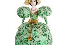 Куклы-шкатулки / Красочная расписная шкатулка — универсальный подарок, как для близких вам людей, так и по официальному поводу. Настоящее произведение искусства, выполненное в лучших традициях шкатулочных дел мастеров, отличается неповторимостью и превосходным внешним видом. Небольшой ящичек может уместить в себе все самое ценное, а стилизацию под древнерусскую живопись оценят любители старины.