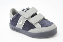 Armani schoenen / Armani kinderschoenen, Armani dames schoenen koop je bij Warmerschoenen.nl!       De collectie van Armani bestaat uit meisjeschoenen, jongensschoenen en dames schoenen. De collectie van Armani kinderschoenen heeft verschillende soorten schoenen, armani sneakers, Armani schoenen en stoere Armani slippers.   Als het om mode gaat staat Armani junior synoniem voor kwaliteit en modieuse topklasse, het design van Armani kenmerkt zich door stijlvolle ontwerpen.
