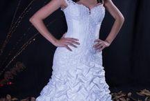 Confecção Própria / O Atelier Leda Noivas se tornou referência na confecção de vestidos sob medida. A estilista Daisy é a confluência da experiência herdada de sua mãe Leda juntamente com a influência do modelismo contemporâneo.