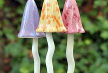Déco de jardin en céramique / De beaux objets façonnés en céramique, qui apportent une touche de couleur et de fantaisie au jardin .Ces décorations ne gèlent pas l'hiver et peuvent s'intégrer aussi sur un balcon, dans un pot de fleur...
