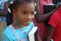 Kinderen in het dorp / Kinderdorp 'Bon Repos' is een veilige haven voor de 144 kinderen die er wonen en de 50 straatkinderen die er worden opgevangen. Deze kinderen wonen onder leiding van een Haïtiaanse 'tante' in één van de huizen, waarmee we de normale gezinssituatie zoveel mogelijk nabootsen. In het dorp zijn ze veilig, krijgen ze genoeg te eten en kunnen ze naar school en naar de kerk.