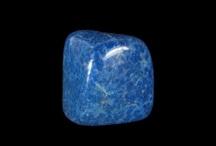 """KS Lapis-lazuli / Lapis-lazuli, du latin lapis, """"pierre d'azur"""",  est un mélange de lazurite (pierre de la famille des outremers) et d'autres minéraux en faibles quantités (pyrite et calcite).Les gisements sont rares et se trouvent en Afghanistan, Russie, Chili, Groenland, etc."""