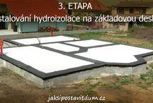 ETAPY STAVBY - 3. ETAPA / Postupná realizace stavby bude v tomto internetovém magazínu popisována na dvou podobných rodinných domech. Oba RD jsou postaveny na rovinatých pozemcích obdelníkového tvaru přístupných z místní komunikace. RD nejsou postaveny v záplavovém území stoleté vody. Pozemky disponují přípojnými místy inženýrských sítí na hranicích pozemků: Elektrické energie, zemního plynu, vodovodu a odvádění a čištění odpadních vod.