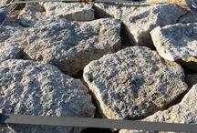 Faccia Roccia Sasso di Matera / http://www.raffaelecileopietre.it/portfolio-item/sasso-di-matera/  Faccia roccia è una lastra a mosaico retrosegata in pietra naturale, che riproduce le vecchie murature fatte con blocchi di pietra dal costo elevato e dalla posa complessa. Faccia roccia si distingue per la sua bellezza facile da realizzare e per i costi contenuti dati dalla posa a colla. Materiale adatto per rivestimenti da interni e da esterni.