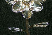 flores e esculturas em metal