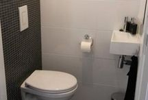 kleine betegelde toiletten